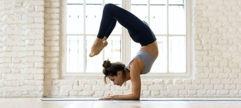 Reducir la fatiga con esta rutina de yoga es fácil