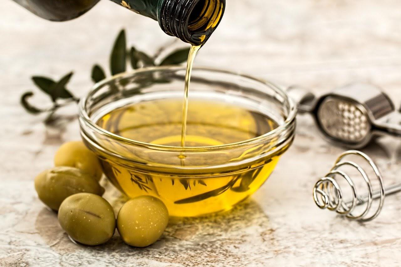 Aceite de Oliva Virgen Extra, el manjar de los olivos en la mesa