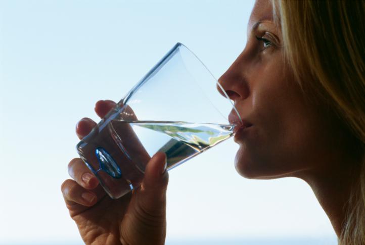 Por qué es importante para el cuerpo consumir agua